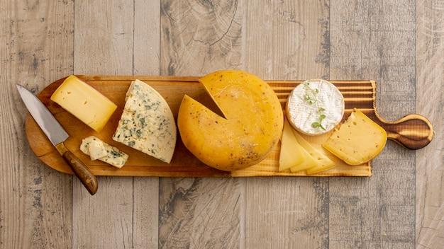 Vista dall'alto vari formaggi su un tavolo