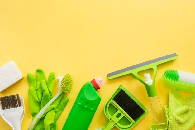 Vista dall'alto varietà di attrezzature per la pulizia con spazio di copia