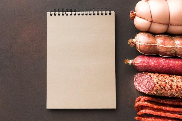 Vista dall'alto varietà di carne suina fresca sul tavolo