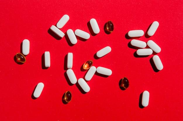 Vista dall'alto varietà di farmaci sul tavolo