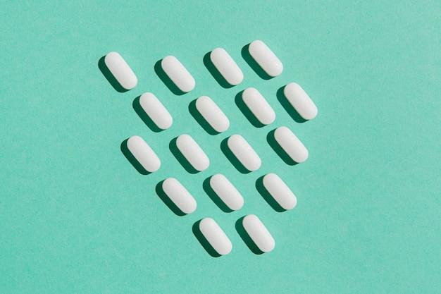 Vista dall'alto varietà di medicine sul tavolo