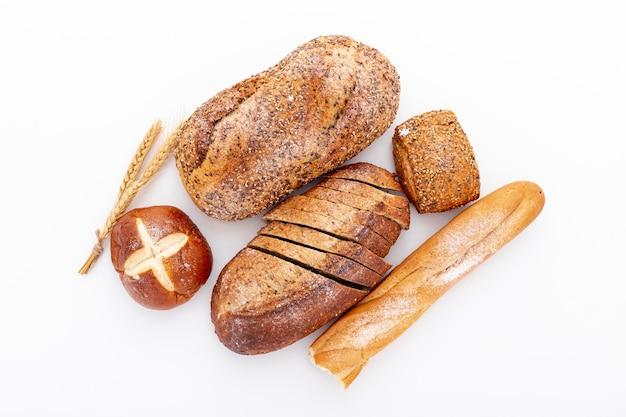 Vista dall'alto varietà di pane appena sfornato