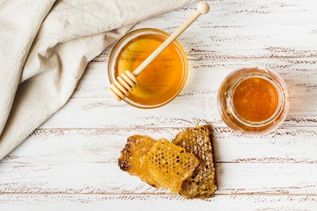 Vista dall'alto vasetti di miele con nido d'ape