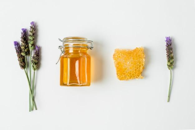 Vista dall'alto vasetto di miele con lavanda