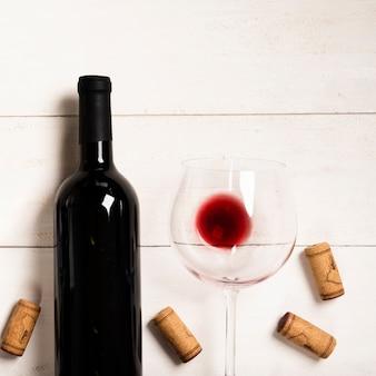 Vista dall'alto vino rosso con sfondo bianco