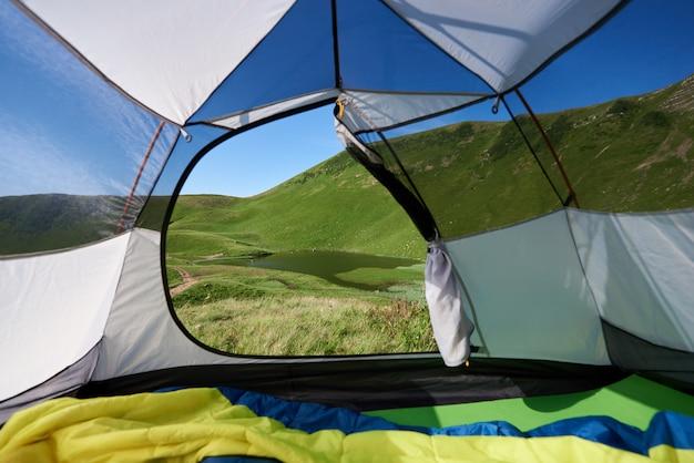 Vista dall'ingresso della tenda sul bellissimo lago al mattino