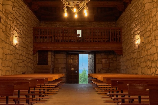 Vista dall'interno di una vecchia chiesa con candele