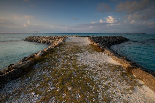 Vista dall'isola di maafushi all'atollo di kaafu alle maldive.
