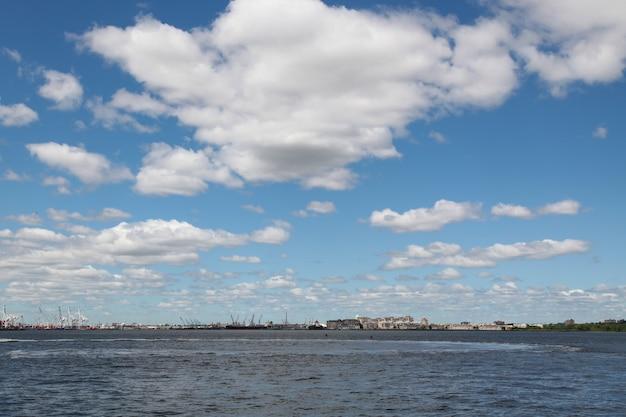 Vista dalla barca a vela è in crociera negli edifici portuali di new york dell'isola di manhattan