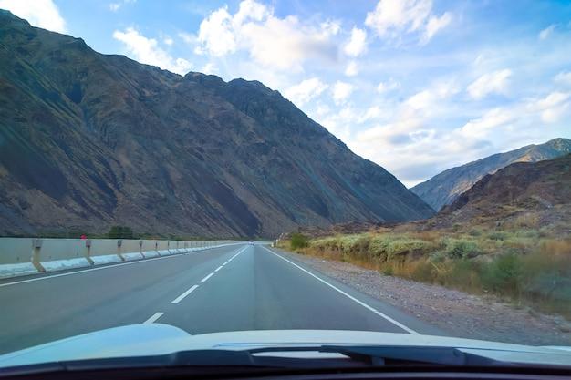 Vista dalla cabina di guida di un'auto in sella alla strada di montagna