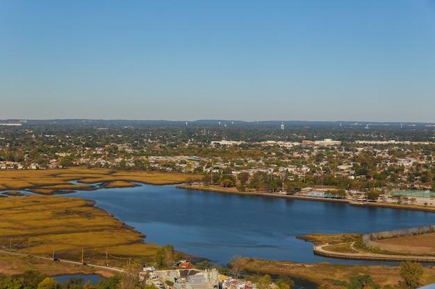 Vista dalla città dell'aeroplano new york della nube del lago