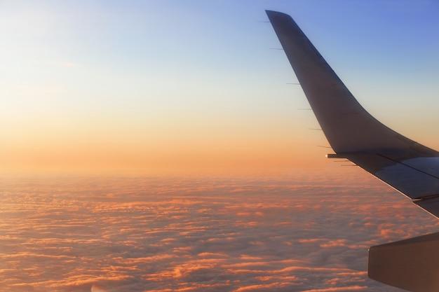 Vista dalla finestra dell'aeroplano all'alba