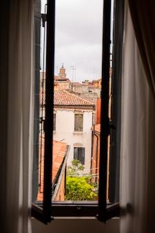 Vista dalla finestra su antichi edifici a venezia, italia.