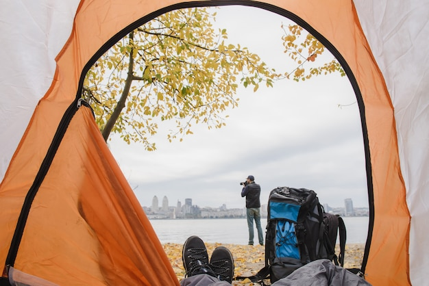 Vista dalla tenda con le gambe