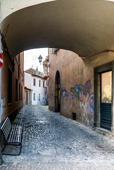 Vista degli edifici lungo la strada stretta, via garibaldi, orvieto, provincia di terni, umbria, italia