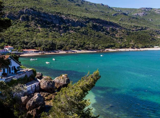 Vista degli splendidi paesaggi costieri della regione di arrabida situata a setubal, in portogallo.