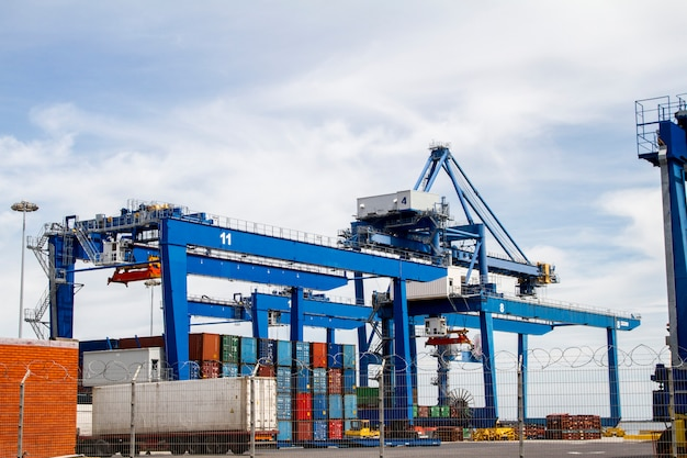 Vista dei bacini del contenitore del carico situati a lisbona, portogallo.