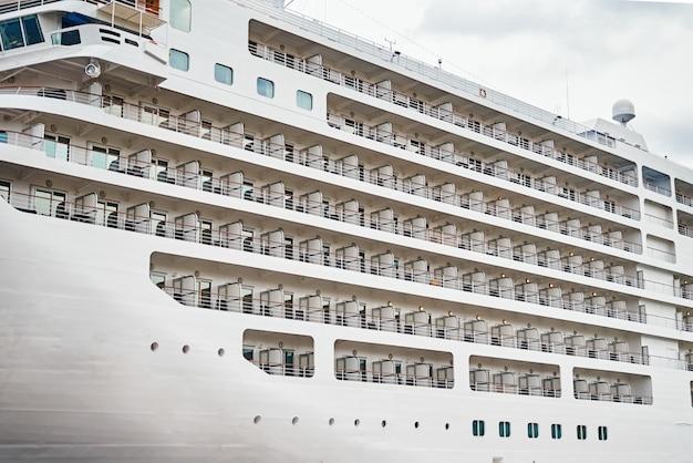 Vista dei balconi delle cabine sulla nave da crociera ormeggiata nel porto