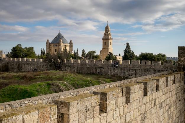 Vista dei bastioni a piedi con la cattedrale di san giacomo sullo sfondo, gerusalemme, israele