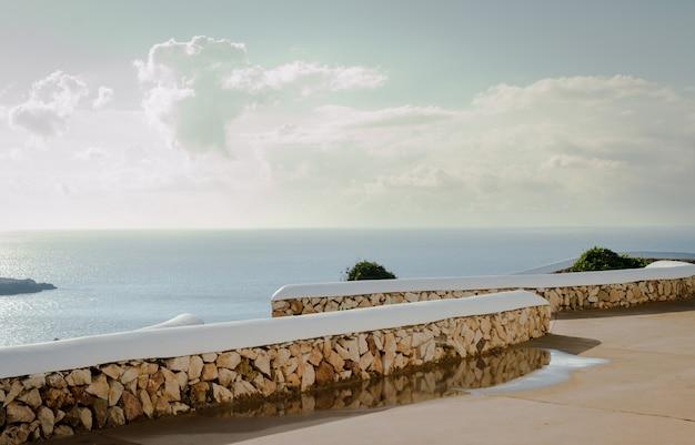 Vista del bellissimo mare blu mediterraneo con un cielo limpido con nuvole bianche, minorca isole baleari spagna.