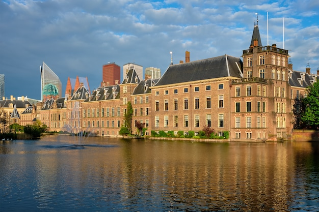 Vista del binnenhof house of parliament e del lago hofvijver con i grattacieli del centro. l'aia, paesi bassi