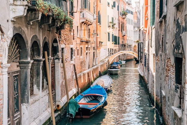Vista del canale di venezia in estate con le barche.