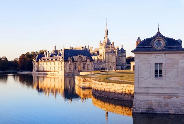 Vista del castello di chantilly in francia