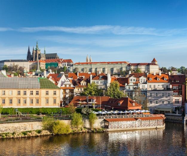 Vista del castello di mala strana e praga sul fiume moldava