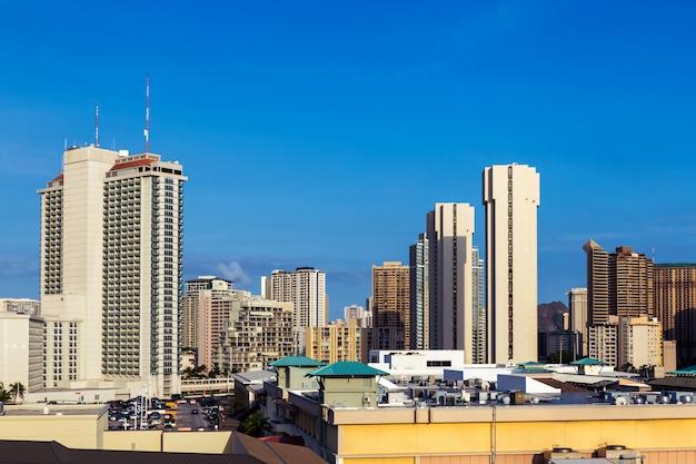 Vista del centro dei tetti e delle costruzioni nella città di honolulu