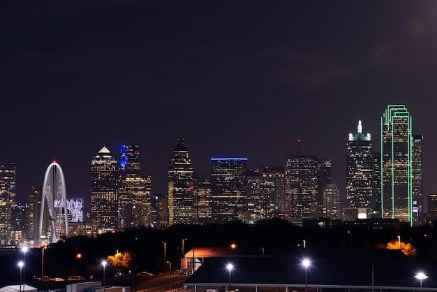 Vista del centro di dallas di notte