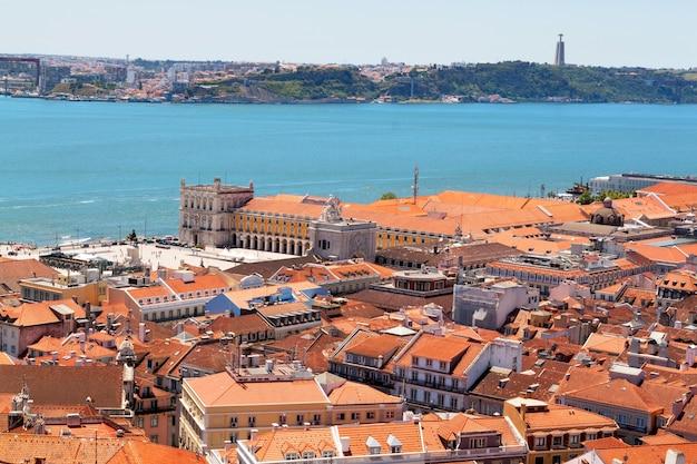 Vista del centro di lisbona con tetti rossi e ponte sullo sfondo, portogallo