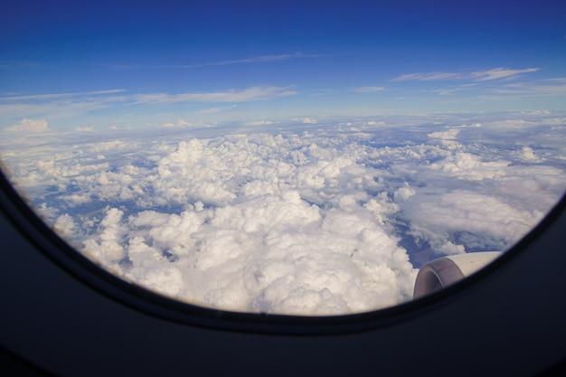 Vista del cielo da una finestra dell'aeroplano