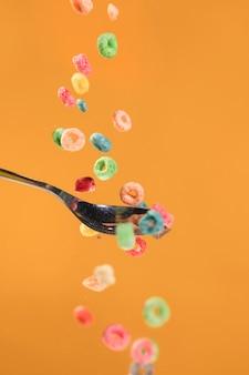 Vista del cucchiaio e dei cereali di vista frontale