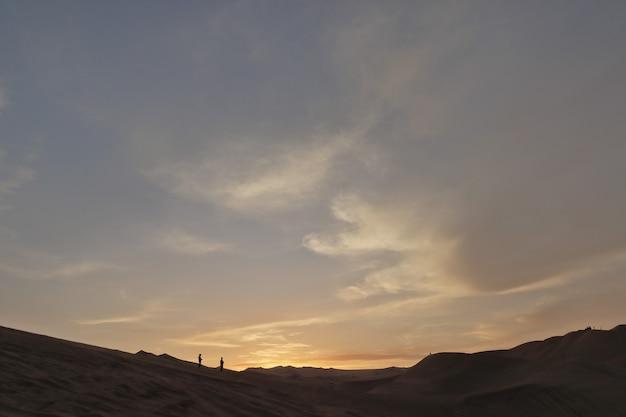 Vista del deserto di ica durante il tramonto