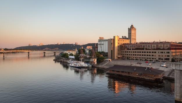Vista del distretto industriale di kiev dal ponte di rybalskii