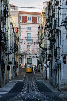 Vista del famoso ascensore del tram elettrico d'epoca di bica, situato a lisbona, in portogallo.