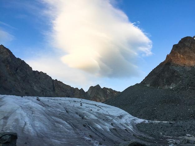 Vista del ghiacciaio nuvola stupefacente nell'area di belukha mountain. altai, russia.
