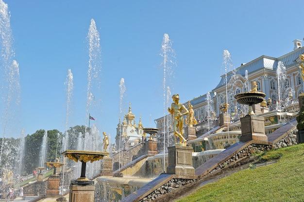 Vista del grand palace e la cascata di fontane in peterhof, russia