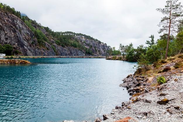 Vista del lago blu con la montagna