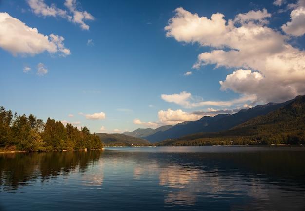Vista del lago scenico bohinj, slovenia