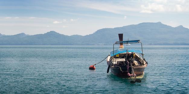 Vista del lanscape dell'oceano da phuket con la barca di legno