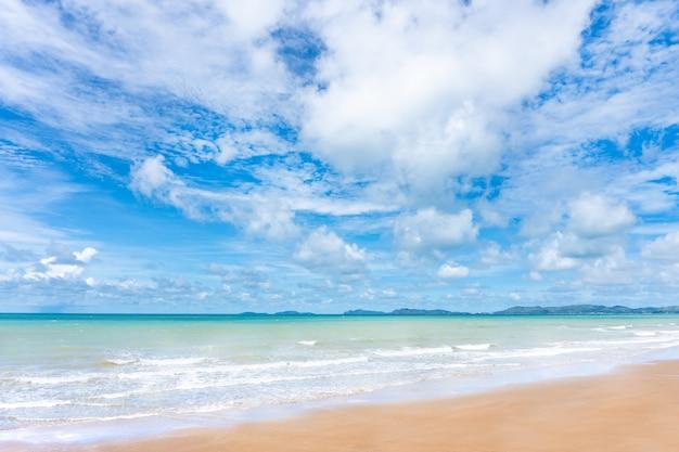 Vista del mare blu e del cielo nuvoloso