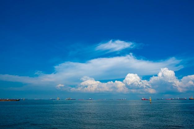 Vista del mare e del cielo blu a singapore, baia del porticciolo