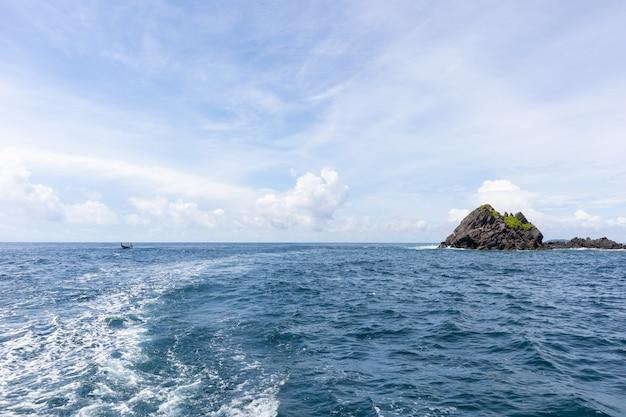 Vista del mare il giorno soleggiato dalla crociera dell'yacht a phuket, tailandia