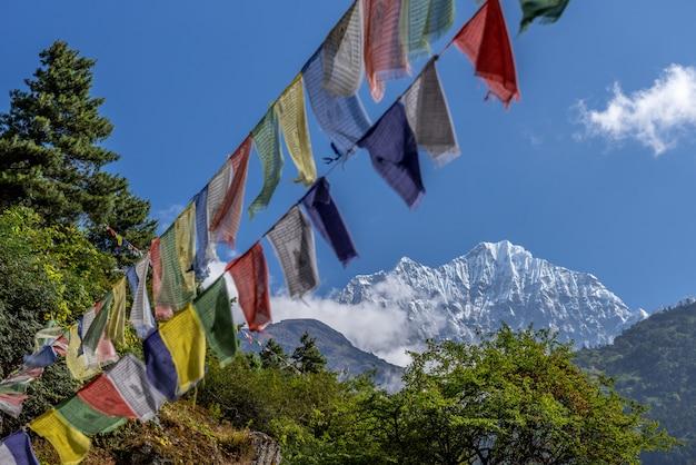 Vista del monte everest e nuptse con bandiere di preghiera buddista da kala patthar in nepal