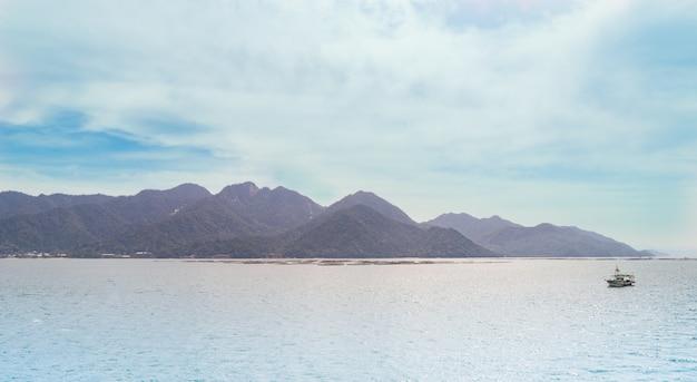 Vista del paesaggio dell'isola di miyajima dal traghetto