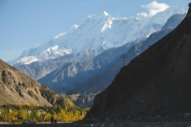 Vista del paesaggio della natura in autunno del picco di rakaposhi ricoperto neve nella catena montuosa di karakoram nella valle di nagar.