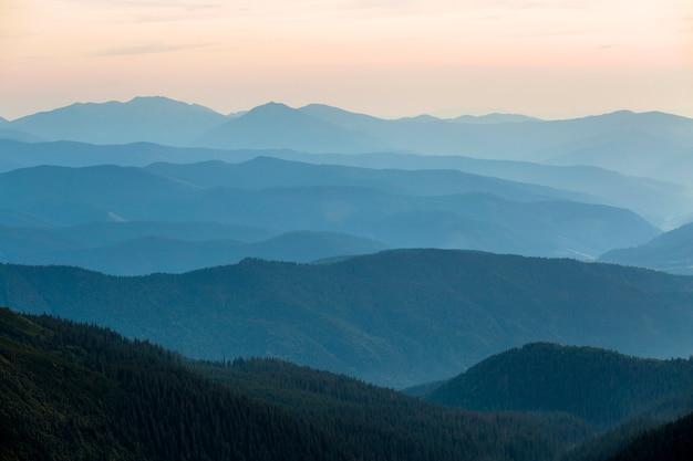 Vista del paesaggio delle montagne carpatiche verdi