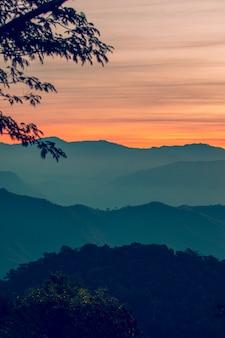 Vista del paesaggio di strato di montagne.