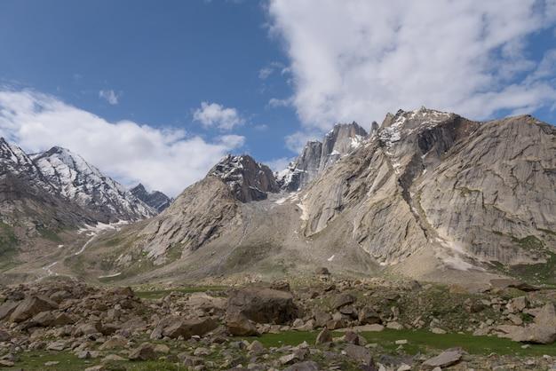 Vista del paesaggio zanskar con montagne dell'himalaya ricoperte di neve e cielo blu in jammu e kashmir, india,
